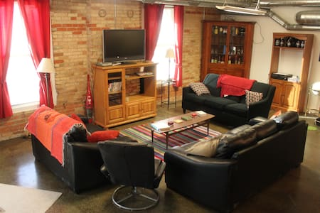 Funky Riverfront Loft in Old Town Lansing! - Лансинг
