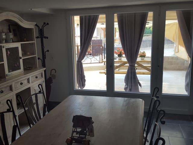 Intérieure 80 M carré et mobilier rustique et fer forgé.