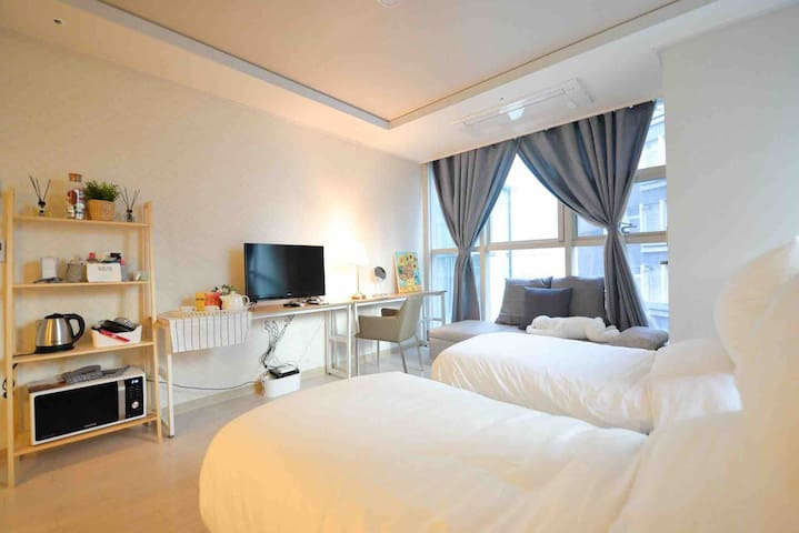 Very cozy clean and comfortable room. You can get many experience in our location such as local food, street food, food truck, night life, day life. Because we stay in the center of Gangnam.