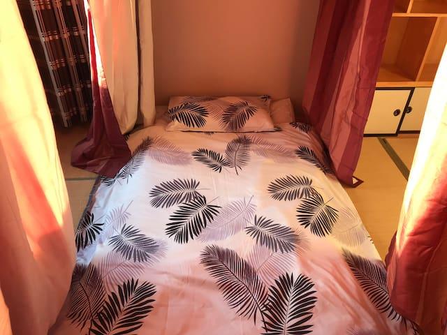 即使是三人共同分享的榻榻米,也有自己独立空间,幔帐可以随意拉动,不透光,私密性极好