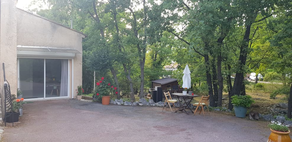 Studio duplex avec beaux espaces verts et piscine