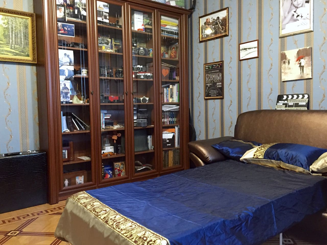 The room. Fold-out sofa. Bed linen and breakfast is included. Bathroom is private (for guest only).