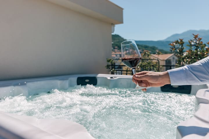 5 min from Porto Montenegro with jacuzzi!