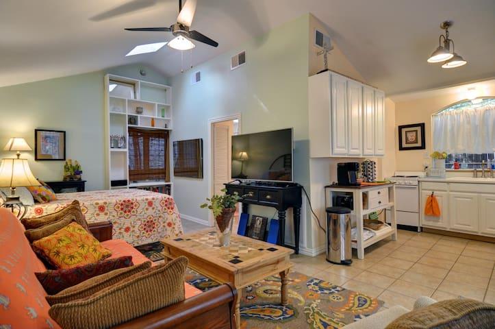 Cozy & Private Detached Cottage - Fort Worth - Casa de huéspedes