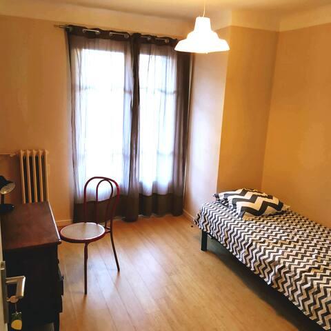 Chambre avec balcon - appartement 10 mn mer/tram