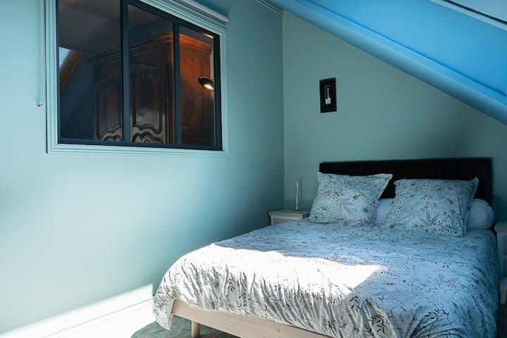 La douillette chambre attenante au séjour et isolée du bruit et de la lumière.