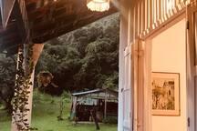 varanda da hospedaria em frente ao quarto