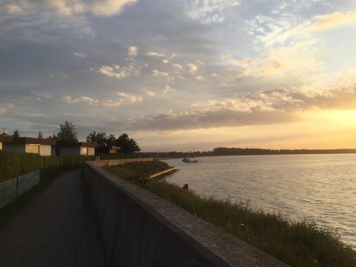 Domek nad brzegiem morza z zachodami słońca