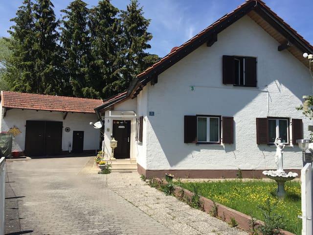 House view from the street / Hausansicht von der Straße aus