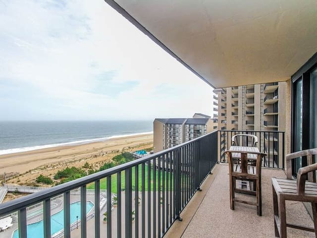 Sea Colony Ocean 10th floor condo w/ pool, free WiFi, and basketball court