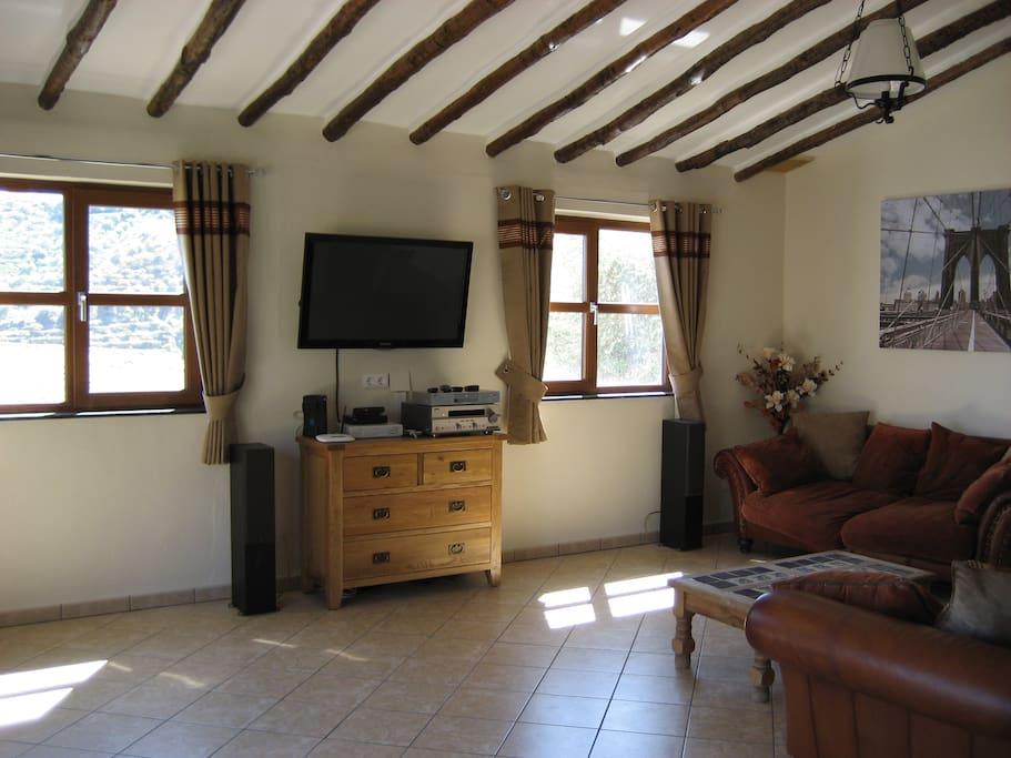 Large lounge with Satellite TV - English & German