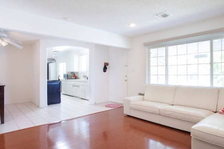 Cozy Private bedroom close to Beach&LAX W Parking
