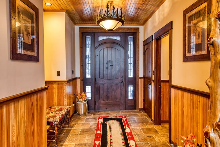 HemLocke Lodge Foyer
