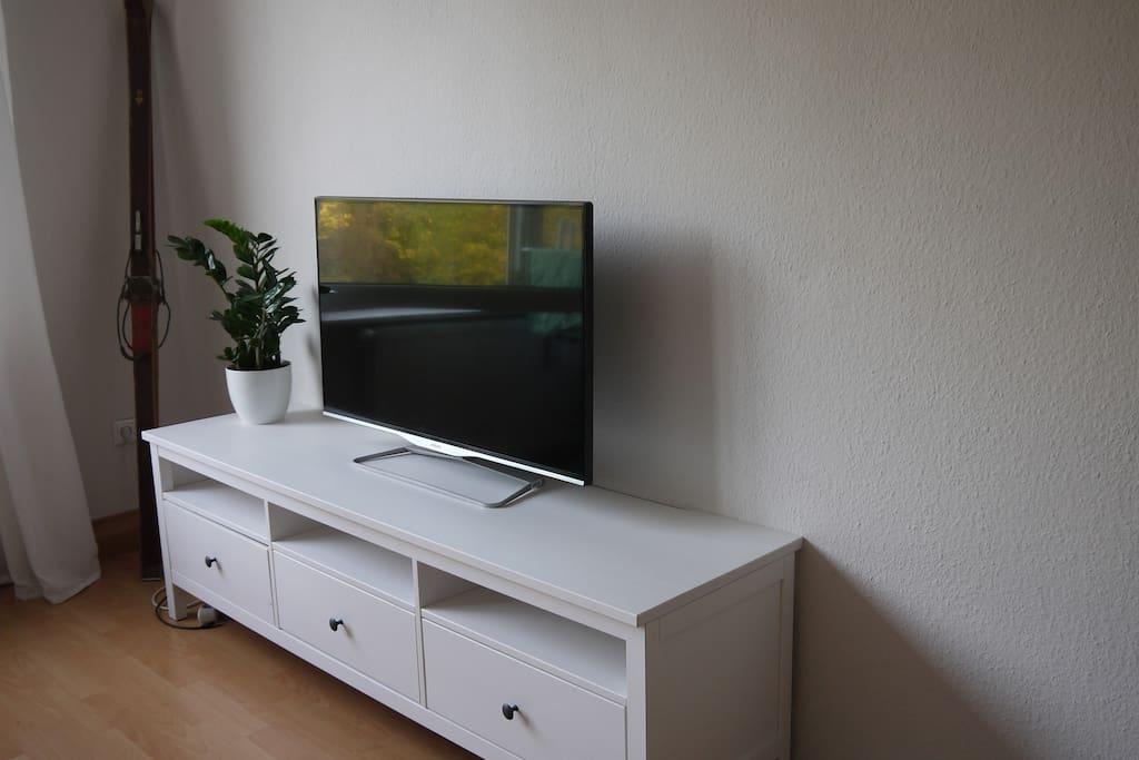 Ein TV steht dir für entspannte Stunden zur Verfügung.
