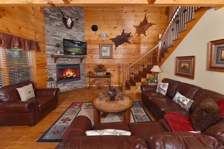 LOCATION!LUXURIOUS 3/5 CUSTOM CABIN