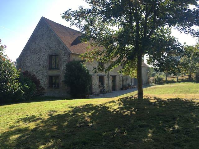Chambre de charme avec piscine - Ferrières-la-Verrerie - บ้าน