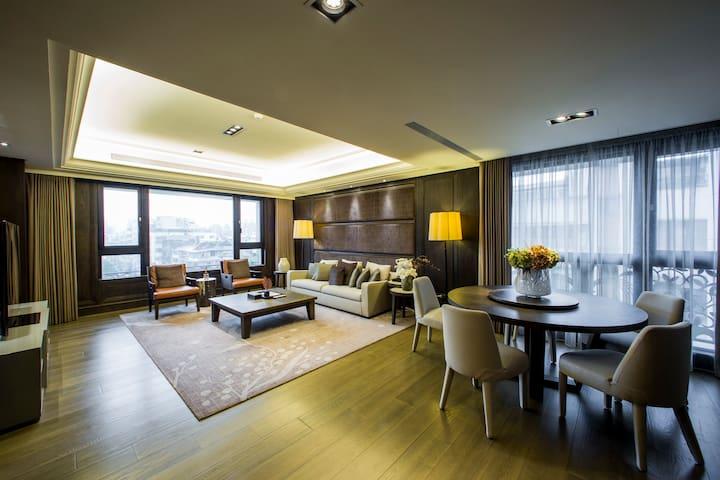 豪華家庭房(6樓),一層一戶,搭車到101大樓只需5分鐘,室內180平方公尺