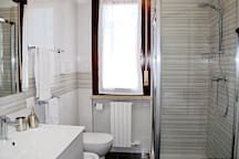 The bathroom with the washing machine. La stanza da bagno con lavatrice