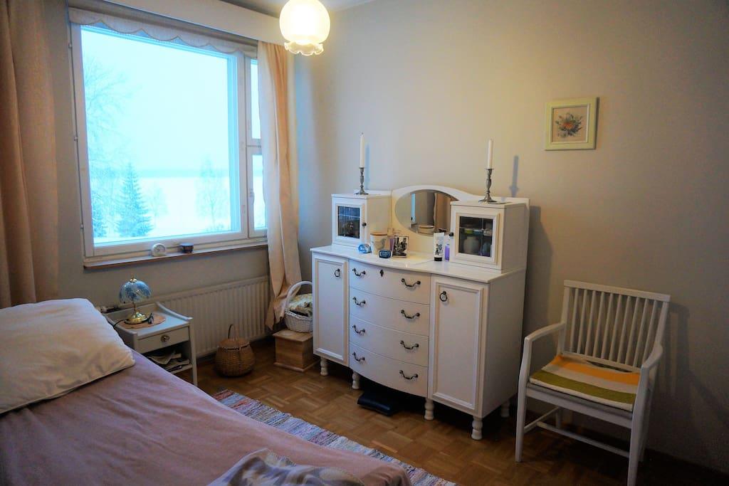 Makuuhuone jokinäkymällä. Single bed bedroom.