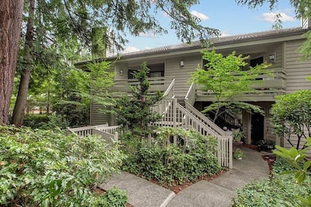 Wooded Downtown Oasis - Bellevue - Condominium