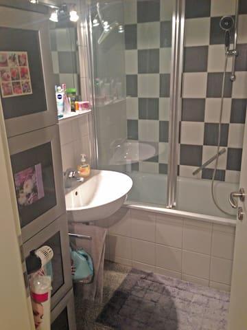 Badezimmer mit Badewanne und Waschmaschine