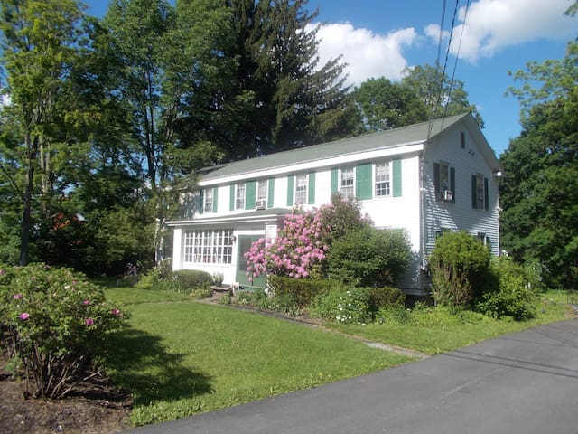 Easy to village - lovely, large all house rental! - Milford - House