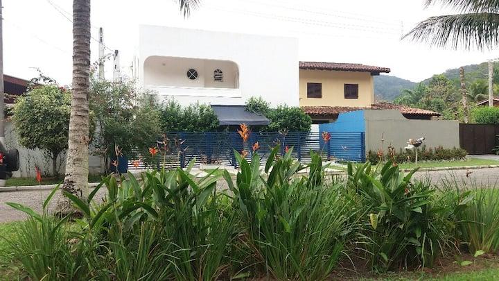 Casa com piscina em condomínio fechado