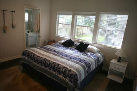 Private studio w/ King Size bed - Austin