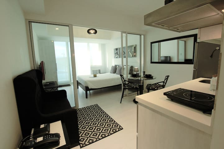 1BR FREE USE Beach Wave Pool for 2 (Manila) @AZURE