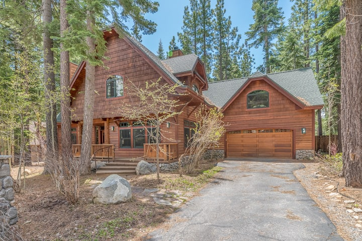 Large home w/ HOT TUB & GAME ROOM! Close to Lake and Dog Friendly!