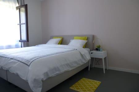 Attractive room in quiet green area - Wommelgem - Ház