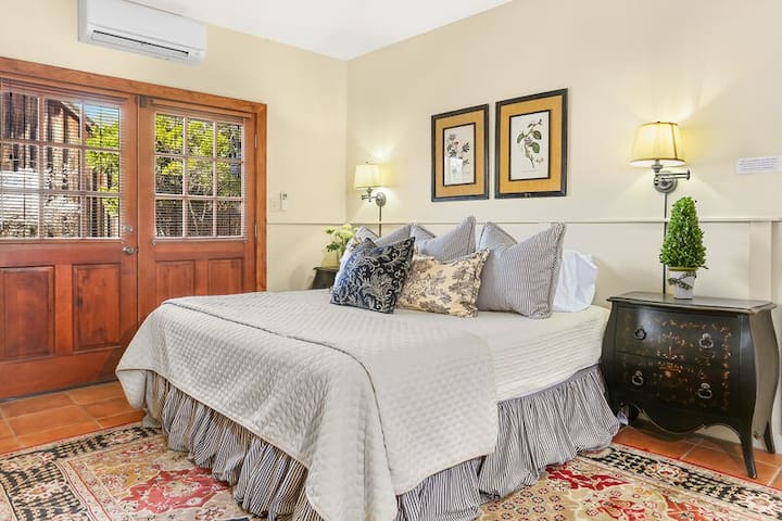 Bella Manor Carriage Suite | King Bed | Walk to Main