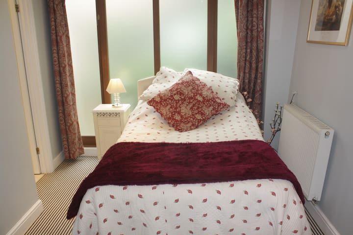 Central ensuite double bedroom with parking