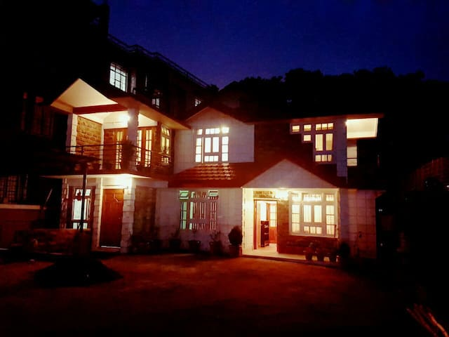 B&B Perched Next To Golf Course - Shillong