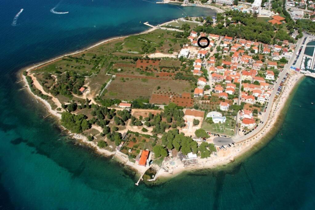 Haus liegt auf einer Halbinsel (Puntamika) in Zadar