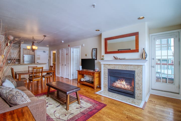 Lakefront condo w/ shared pool/hot tub/sauna & bus to slopes