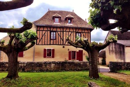 Jan's Place in Burgundy-Blue Room - Écuelles - Haus