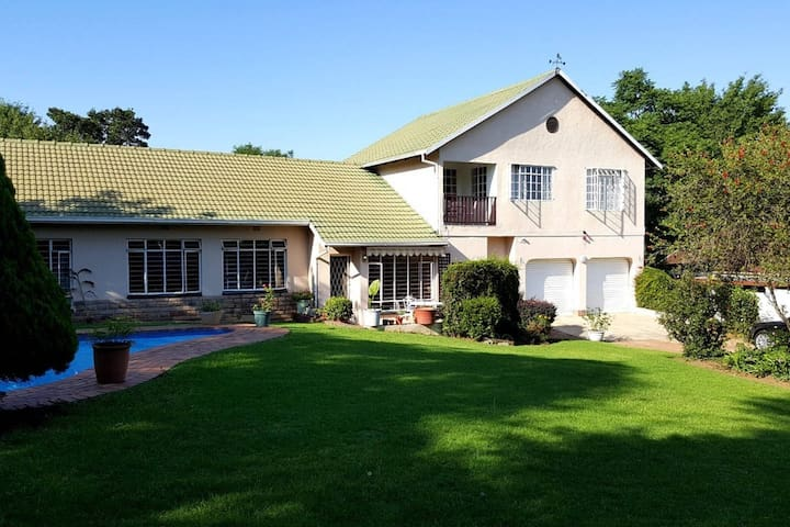 ~Stylish5Bed Sandton House~WiFi,Pool(Serviced Dly)