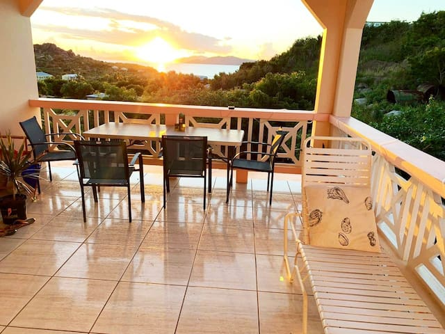 Cendra's Sunset View studio