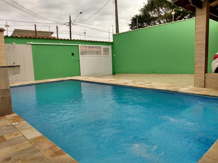 Casa com piscina a 500 metros da praia