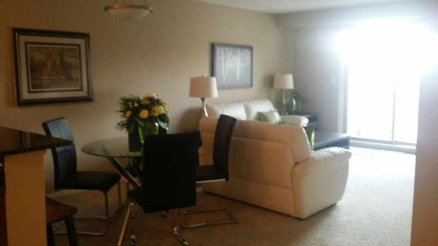 (407) Lovely One Bed/Den Condo - Fabulous location