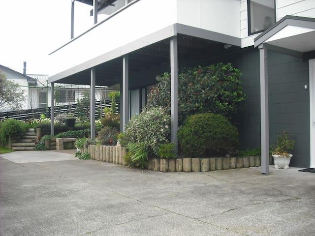 Sherlock Home - Welcome Bay, Tauranga - Bed & Breakfast