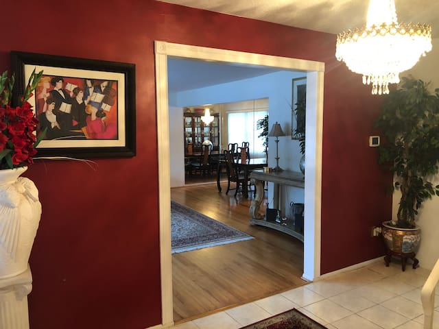 Big, comfy 3 bd spacious family home in the suburb