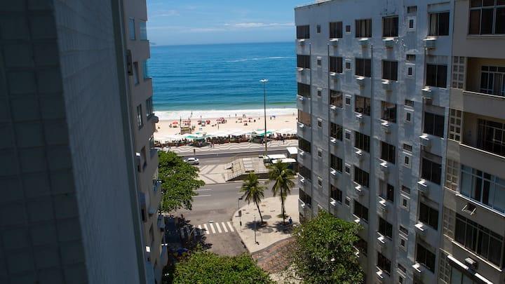 Apto a 50 metros da Praia de Copacabana!