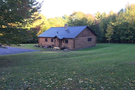 Log Cabin on 10 acres - 15 min Mt Snow - Sleeps 12 - Dover - Hus