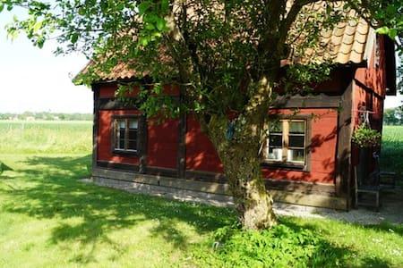 Lantligt torp nära Visby, bland åkrar och natur