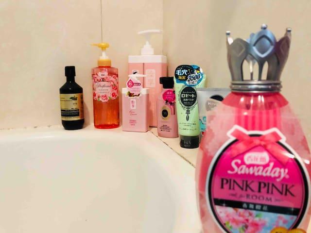 浴室的衛浴用品以為你準備好了你只要帶著愉快的心情前來