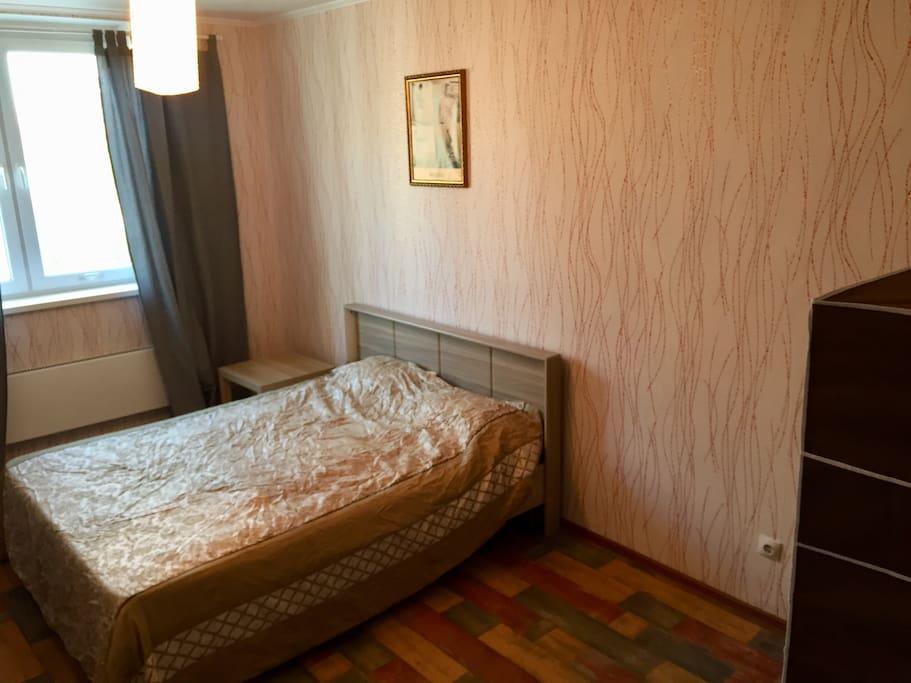 В спальне шторы не пропускают солнечный свет, можно выспаться.