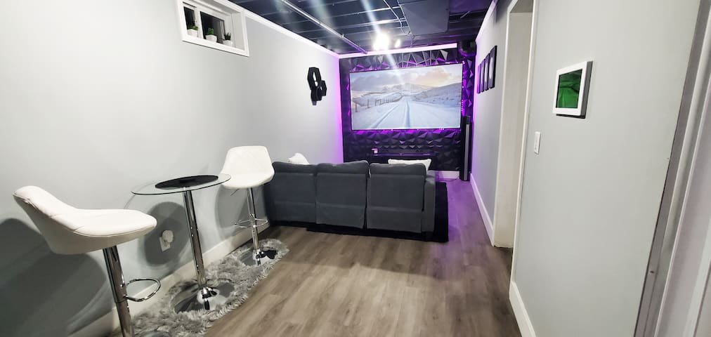 Vibrant Two Level Suite - Close to Everything!