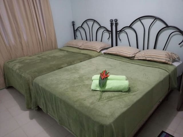 RM 1 share kitchen/living/bath w/ FREE WIFI - Airai - Apartamento